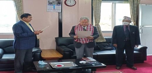 PPRC का सदस्य महेन्द्र बहादुर गुरुङ्ग सदस्यको सपथ लिंदै
